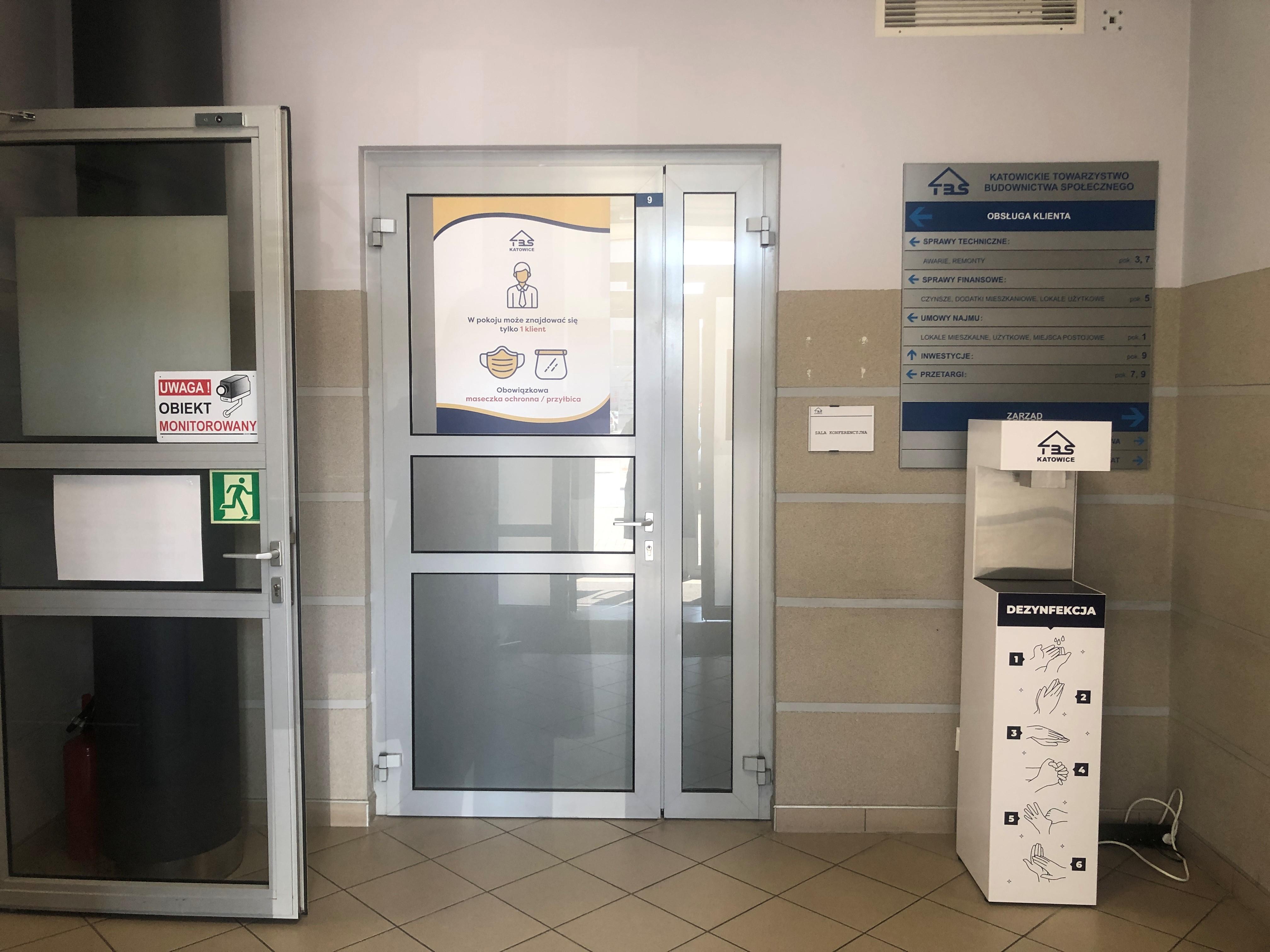 Drzwi wewnątrz budynku